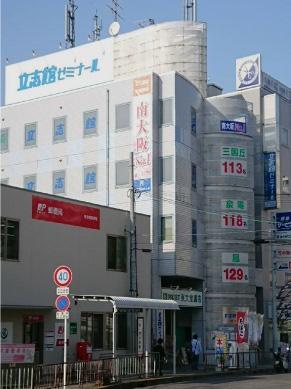 栂・美木多駅からすぐの校舎で、大きなビルです。